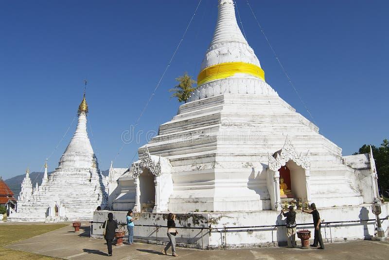 Folket ber på den Wat Phra That Doi Kong Mu templet i Mae Hong Son, Thailand royaltyfri fotografi