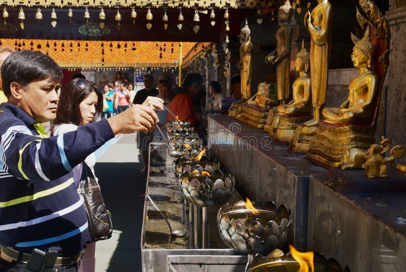 Folket ber på Wat Phra That Doi Suthep, buddistisk tempel i Chiang Mai, Thailand arkivfoton