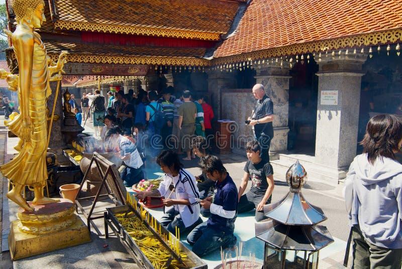 Folket ber på Wat Phra That Doi Suthep, buddistisk tempel i Chiang Mai, Thailand royaltyfri bild