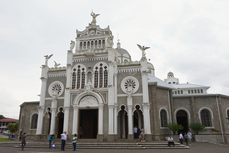 Folket besöker Basilika de Nuestra Senora de Los Angeles i Cartago i Costa Rica royaltyfri fotografi
