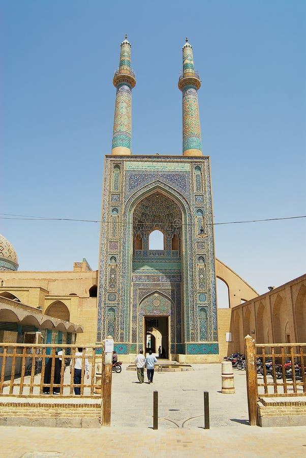 Folket besöker den Jameh moskén i Yazd, Iran royaltyfri bild