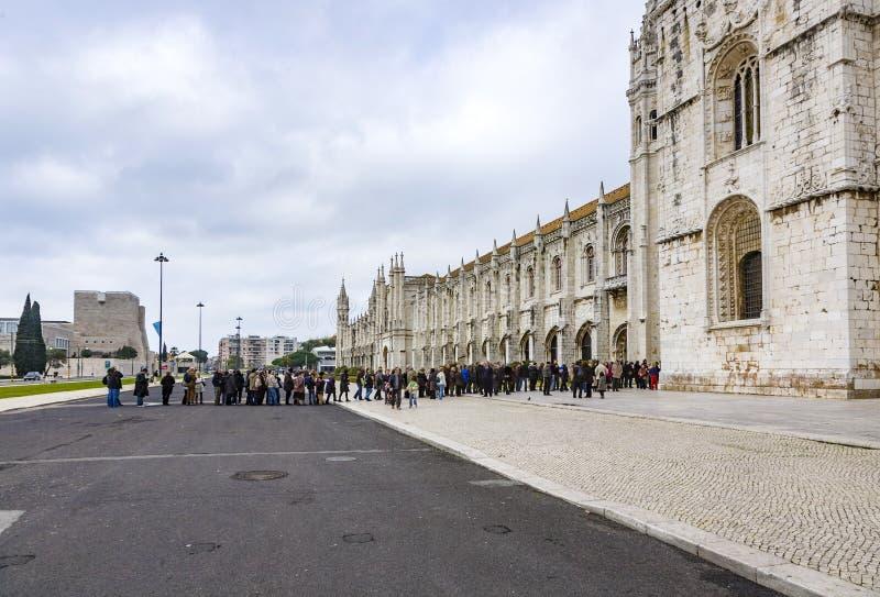 Folket besöker den Jeronimos kloster eller Hieronymites kloster I royaltyfria bilder