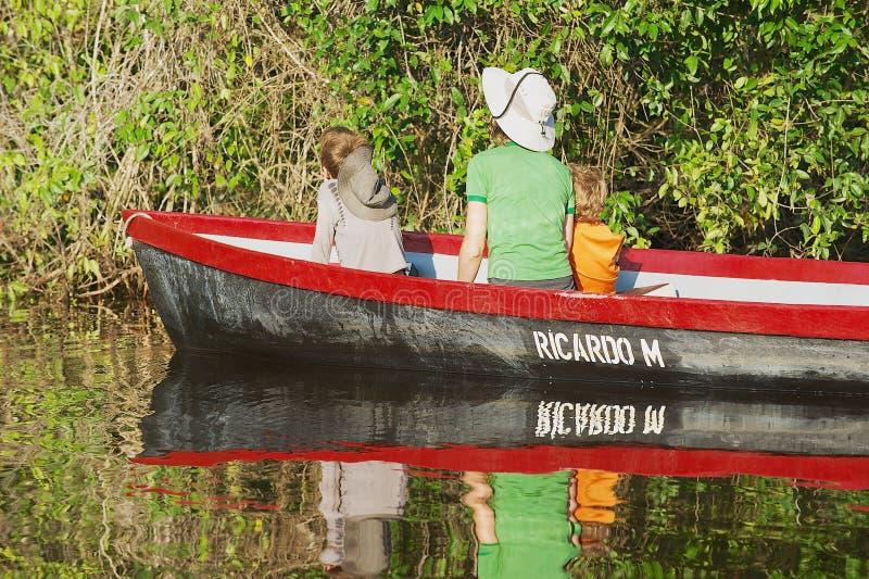 Folket besöker den Tortuguero nationalparken med fartyget i Tortuguero, Costa Rica royaltyfri foto