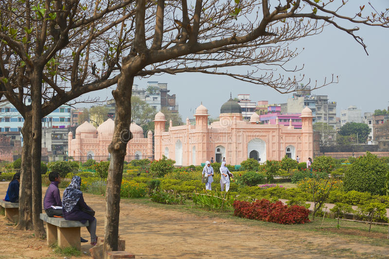 Folket besöker det Lalbagh fortet i Dhaka, Bangladesh arkivbild