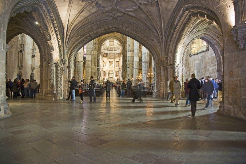 Folket besöker kloster av Jeronimos royaltyfria foton