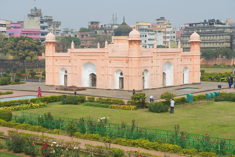 Folket besöker mausoleet av Bibipari i det Lalbagh fortet i Dhaka, Bangladesh royaltyfri foto