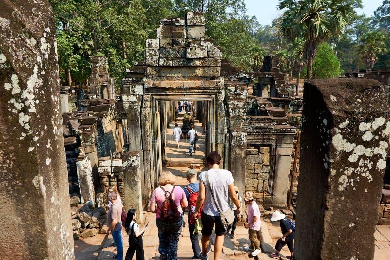 Folket besöker templet komplexa Angkor Wat Siem Reap, Cambodja arkivbilder