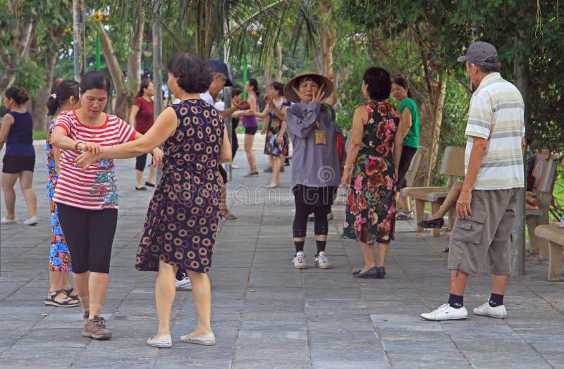 Folket dansar i parkera av Hanoi fotografering för bildbyråer