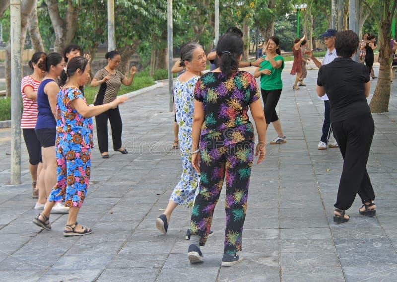 Folket dansar i parkera av Hanoi royaltyfri bild