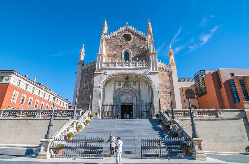 Folket dyker upp från en gammal domkyrkakyrka i Madrid, Spanien på en härlig solig dag royaltyfri bild