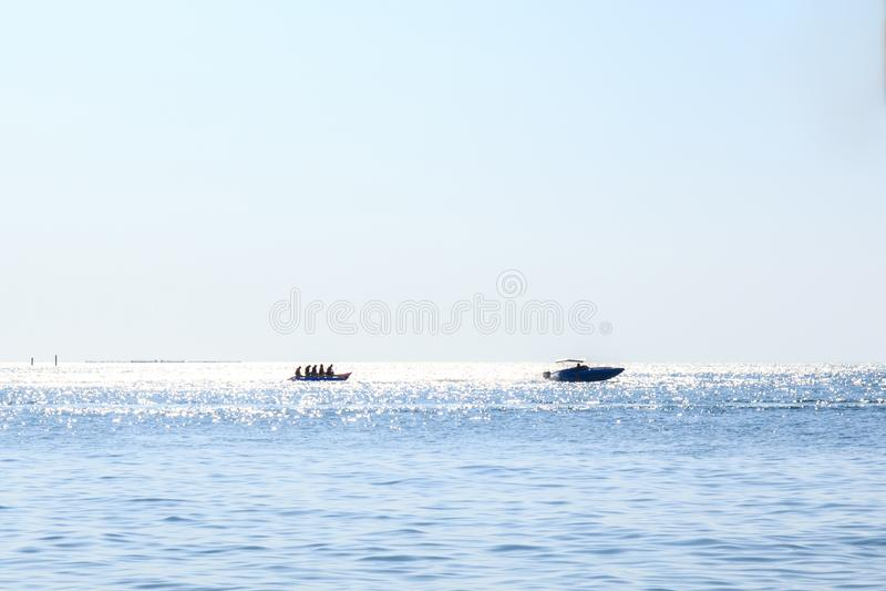 Folket eller folket spelar bananfartyget p? havet eller havet royaltyfri foto