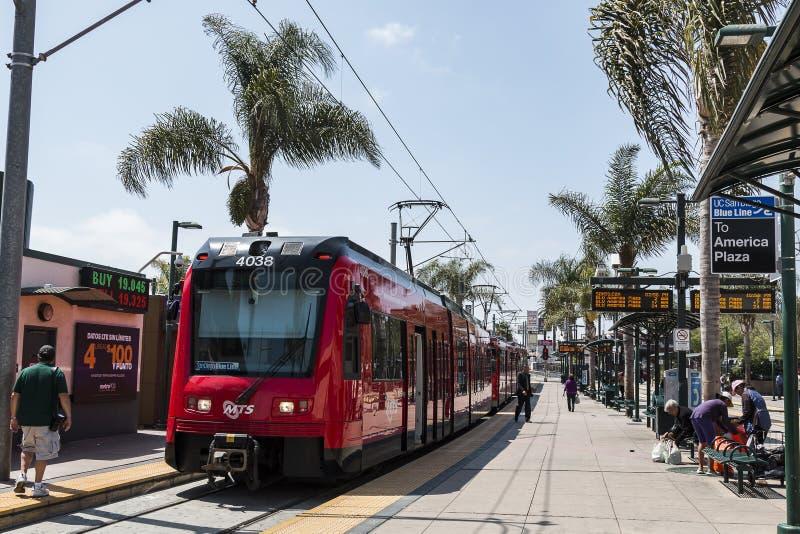 Folket förbereder sig att stiga ombord San Diego Trolley Near Mexico Border arkivfoton
