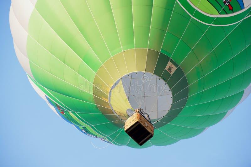 Folket flyger i ballong för varm luft över den gamla staden i Vilnius, Litauen arkivbilder
