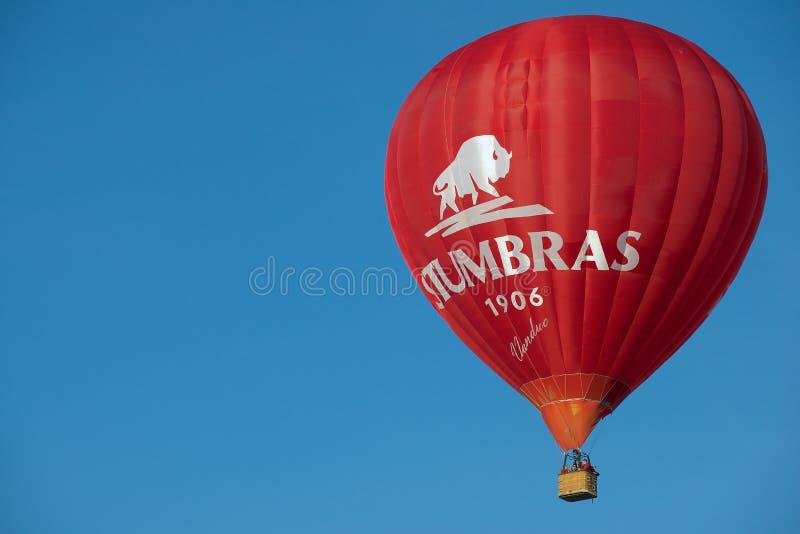 Folket flyger med ballongen för varm luft i Vilnius, Litauen arkivfoton
