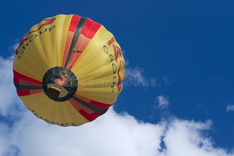 Folket flyger med ballongen för varm luft i Vilnius, Litauen royaltyfria bilder