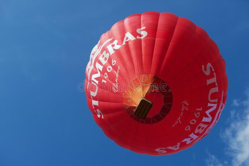 Folket flyger med ballongen för varm luft i Vilnius, Litauen royaltyfri fotografi