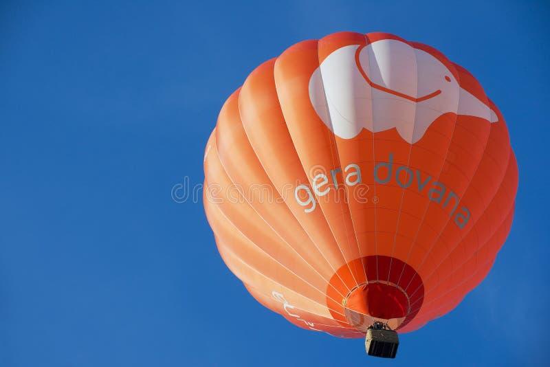 Folket flyger med ballongen för varm luft i Vilnius, Litauen arkivbilder