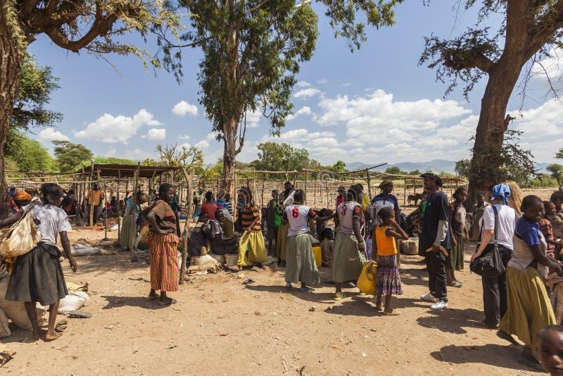 Folket från Konso stam- område på den lokala byn marknadsför Omo Valle royaltyfria bilder