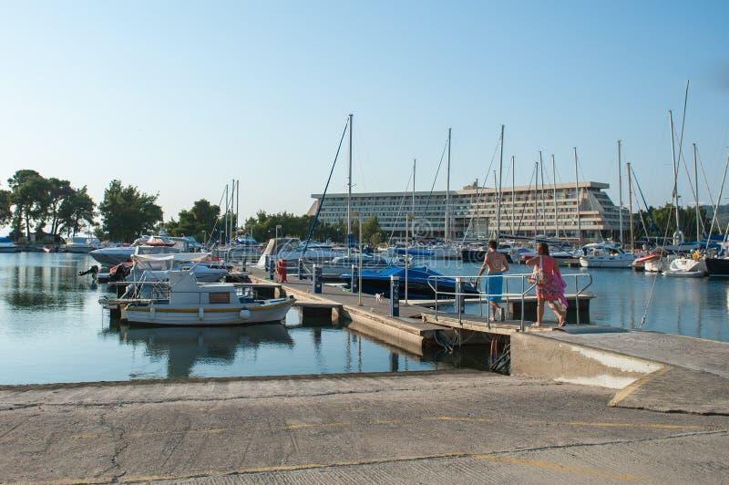 Folket går att hyra en yacht, fartyg Uthyrnings- medel för lopp och rekreation arkivfoto