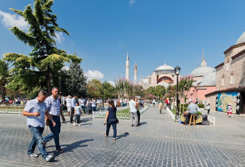 Folket går dagligen i Sultan Ahmet Square i centrum av Istanbul arkivbilder