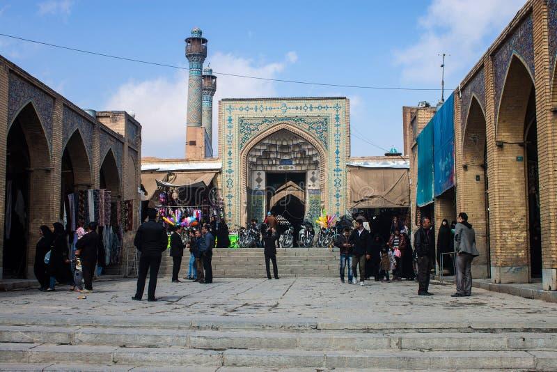 Folket går framme av den Jameh moskén arkivfoto