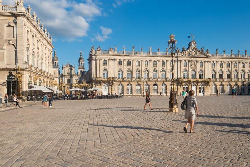 Folket går i den ställeStanislas fyrkanten Nancy, Frankrike arkivfoto