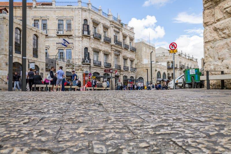 Folket går i gamla Jerusalem royaltyfri foto
