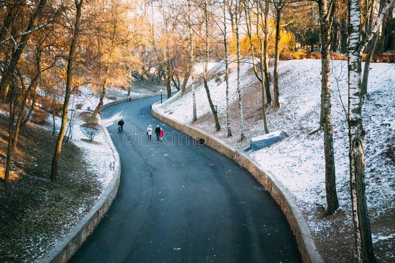 Folket går i stad parkerar i Gomel, Vitryssland royaltyfria bilder