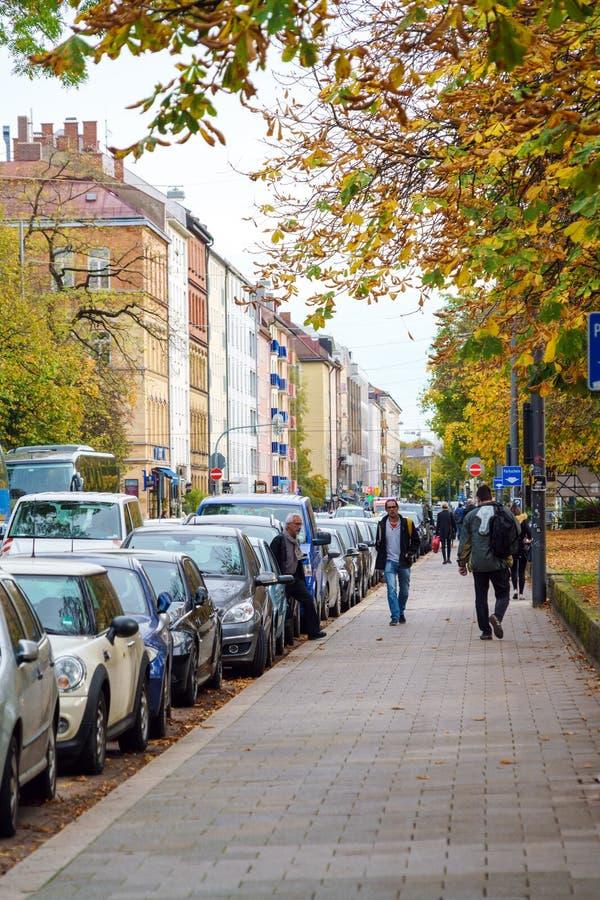 Folket går i staden parkerar i hösten, Munich, Germa royaltyfri fotografi
