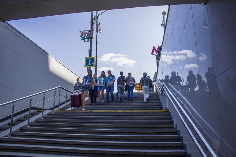 Folket går ner trappan i gångtunnelen royaltyfri foto
