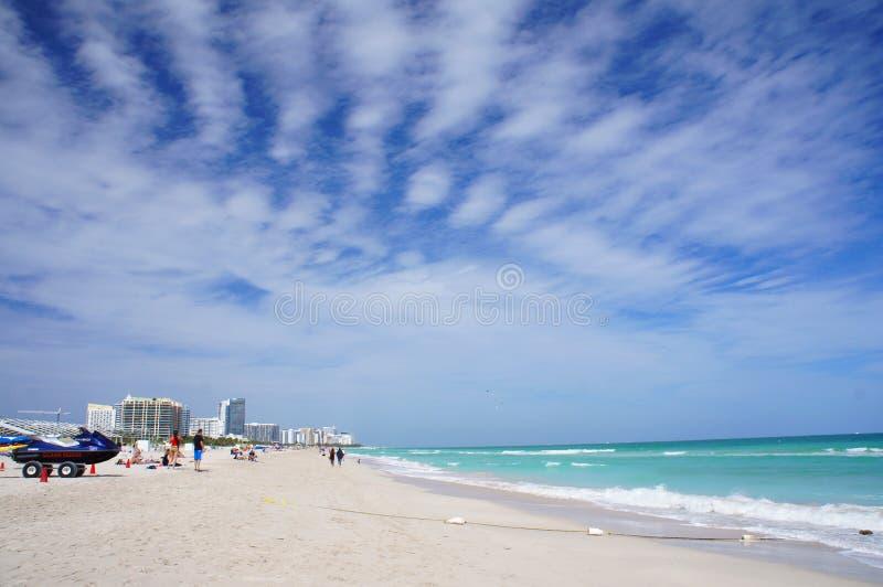 Folket går och kopplar av på den soliga södra stranden av Miami arkivfoton