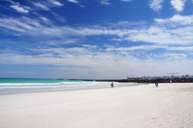 Folket går och kopplar av på den soliga södra stranden av Miami royaltyfri fotografi