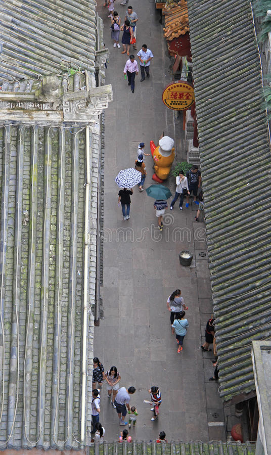 Folket går på den fot- gatan i Chongqing, sikt uppifrån arkivbild