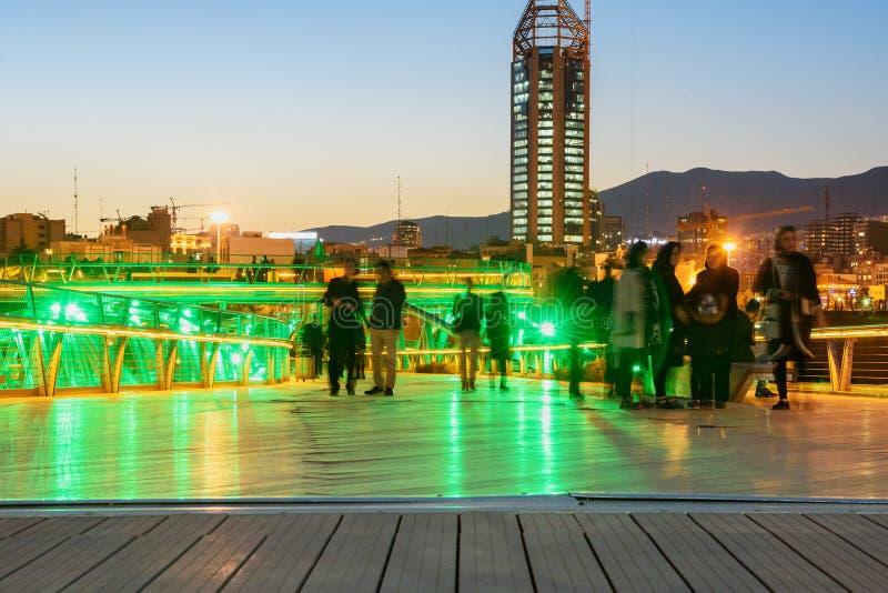 Folket går på den Tabiat bron på natten i Teheran iran arkivbilder