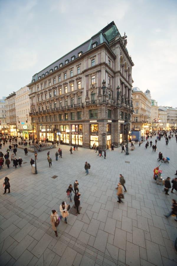 Folket går på genomskärning av gator