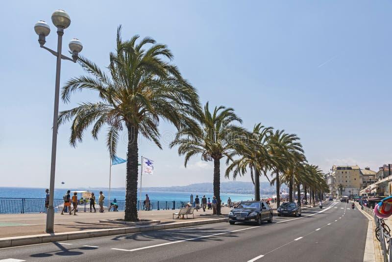 Folket går på Promenade des Anglais i Nice, Frankrike royaltyfri bild