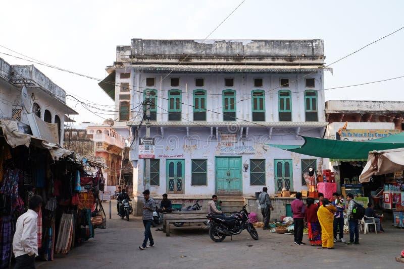 Folket går runt om centrum i Pushkar, Indien arkivfoton