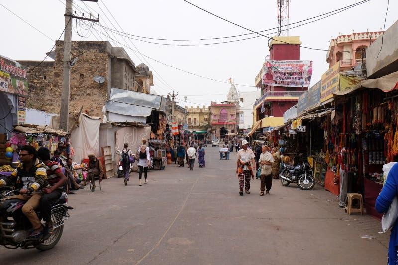 Folket går runt om centrum i Pushkar, Indien fotografering för bildbyråer