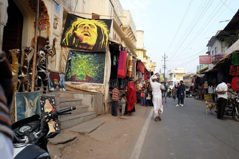 Folket går runt om centrum i Pushkar, Indien royaltyfria bilder