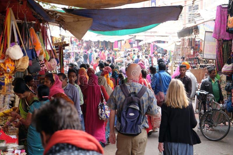 Folket går runt om centrum i Pushkar, Indien royaltyfri foto