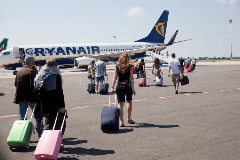 Folket går till flygplanet arkivfoto