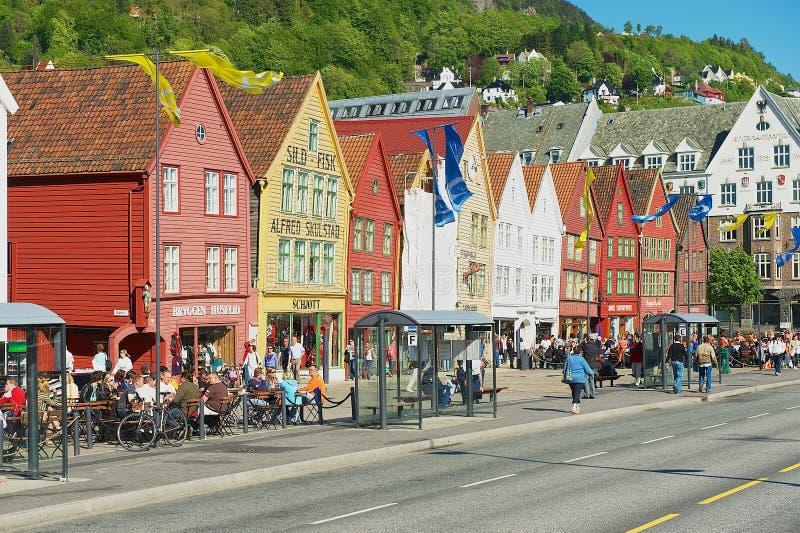 Folket går vid Bryggen i Bergen, Norge Bryggen är en UNESCOvärldsHeritge plats royaltyfri fotografi