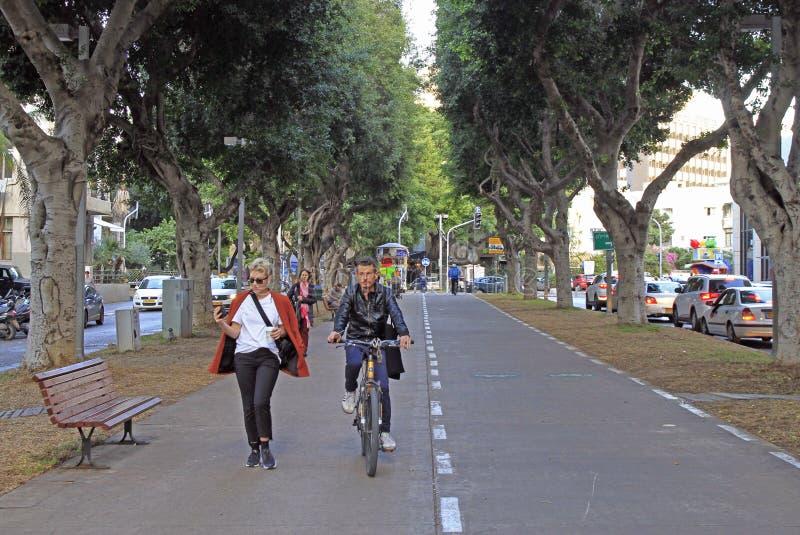 Folket går vid den Rothschild boulevarden i Tel Aviv, Israel arkivfoton