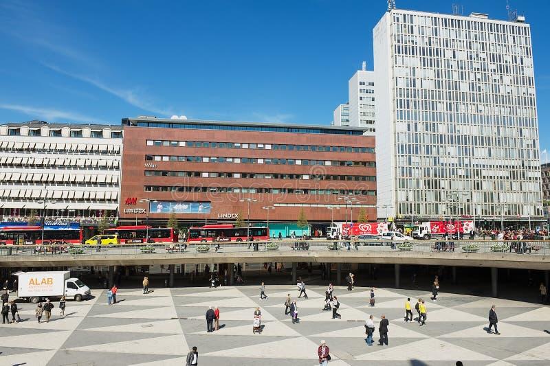 Folket går vid den Sergels fyrkanten i Stockholm, Sverige royaltyfria bilder