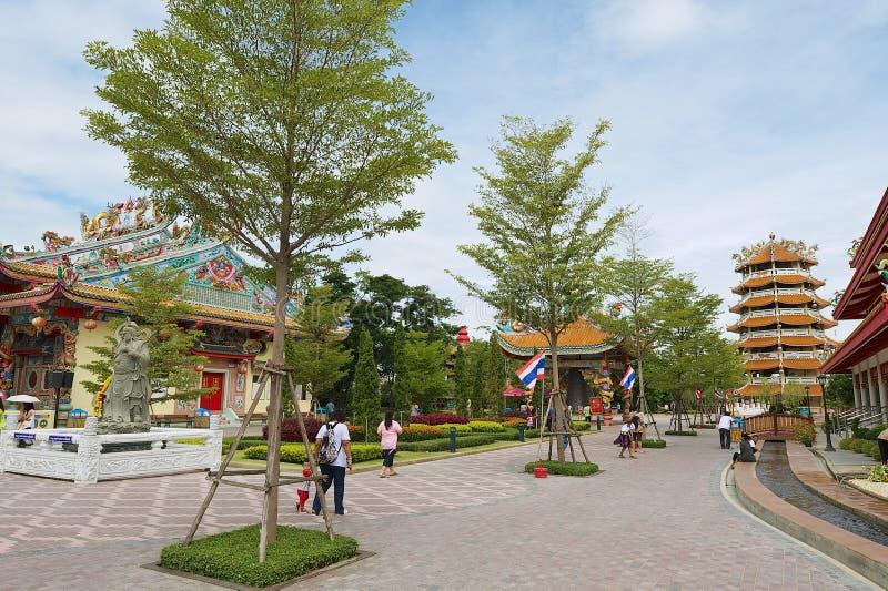 Folket går vid Dragon Descendants som templet parkerar i Suphan Buri, Thailand royaltyfri fotografi