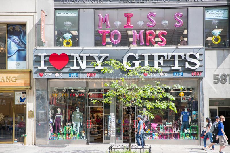 Folket går vid gåvor för en ` för HJÄRTA NY för ` I och bagagelagret fotografering för bildbyråer
