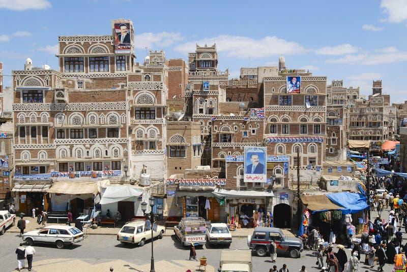 Folket går vid gatan av den Sanaa staden i Sanaa, Yemen arkivbilder