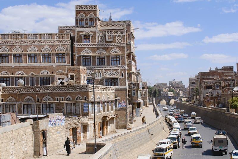 Folket går vid gatan av den Sanaa staden i Sanaa, Yemen royaltyfri fotografi