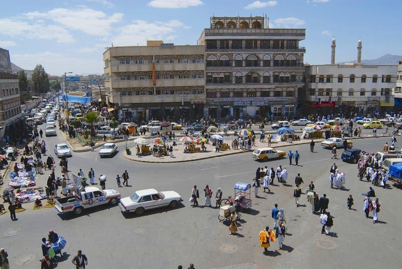 Folket går vid gatan av den Sanaa staden i Sanaa, Yemen fotografering för bildbyråer