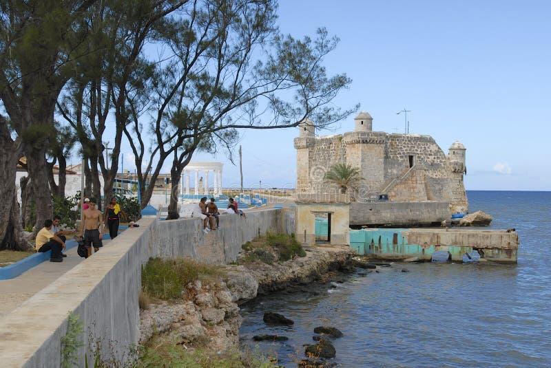 Folket går vid hav-framdelen av Cojimar i Cojimar, Kuba royaltyfria bilder
